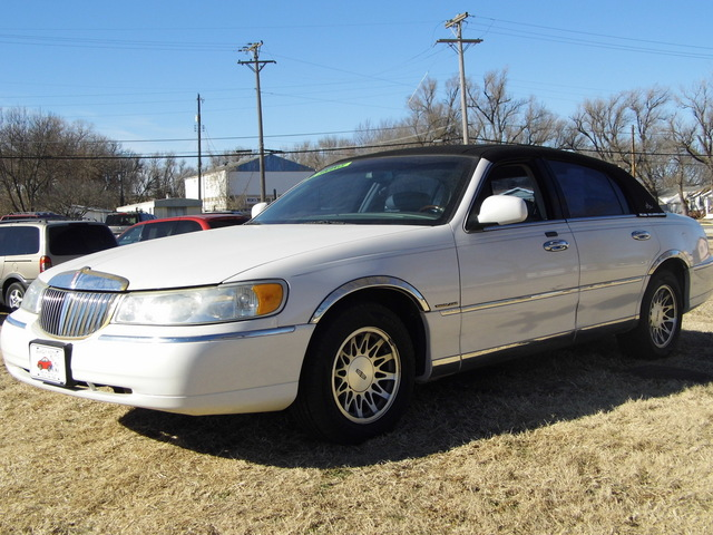 2001 Lincoln Town Car Signature - 1LNHM82W71Y653379